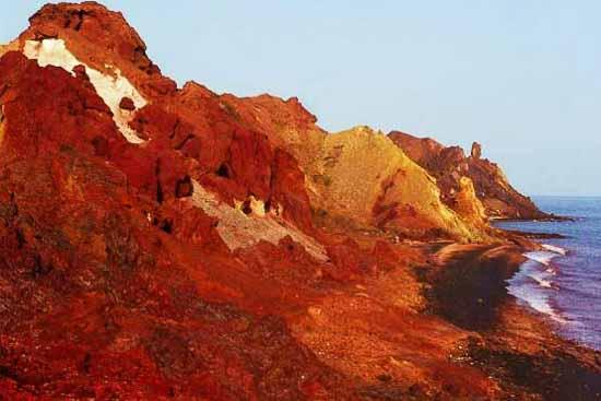 خاک سرخ هرمز عکس